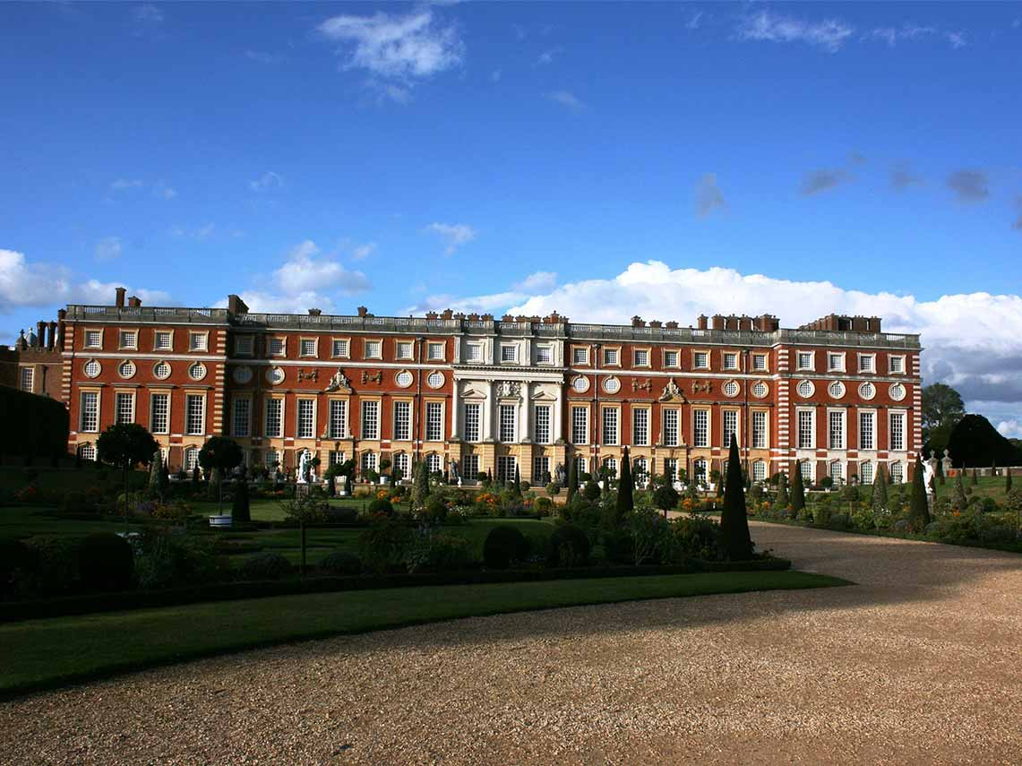 a view of hampton court and private guide waiting outside.